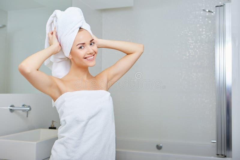 Mujer joven en el cuarto de baño fotografía de archivo