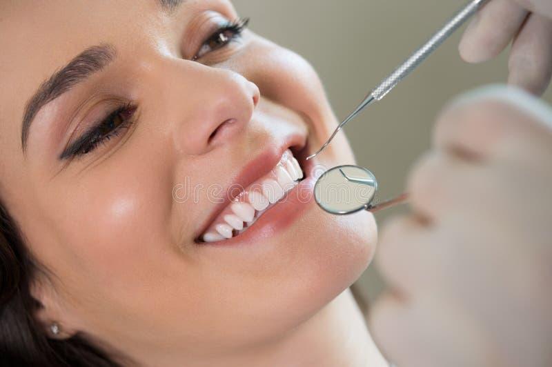 Mujer joven en el dentista fotografía de archivo