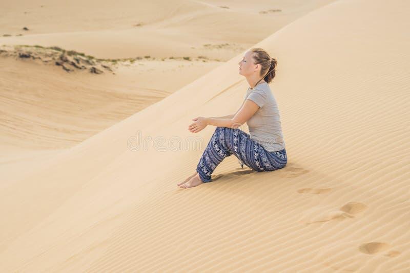 Mujer joven en el desierto, Vietnam imagenes de archivo