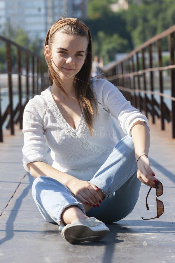 Mujer joven en el embarcadero en el río imagenes de archivo