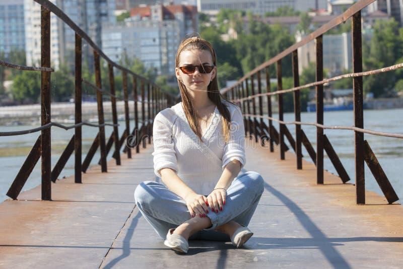 Mujer joven en el embarcadero en el río fotografía de archivo