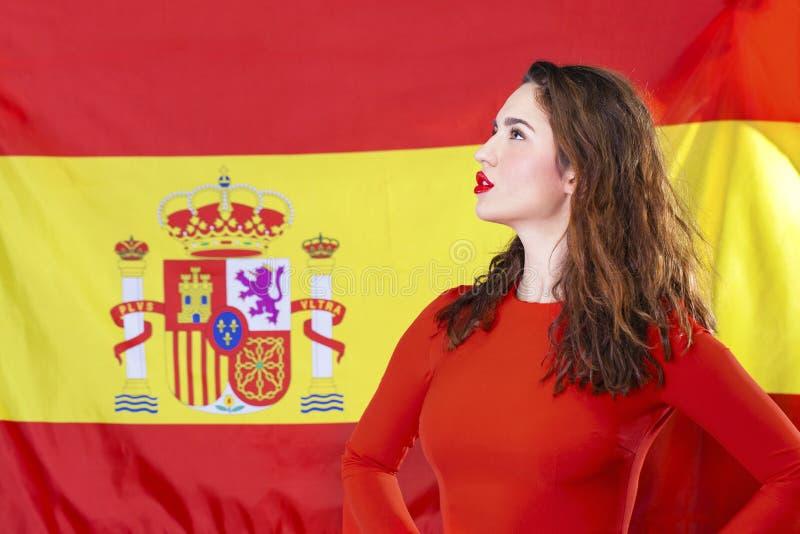 Mujer joven en el fondo de la bandera española fotografía de archivo