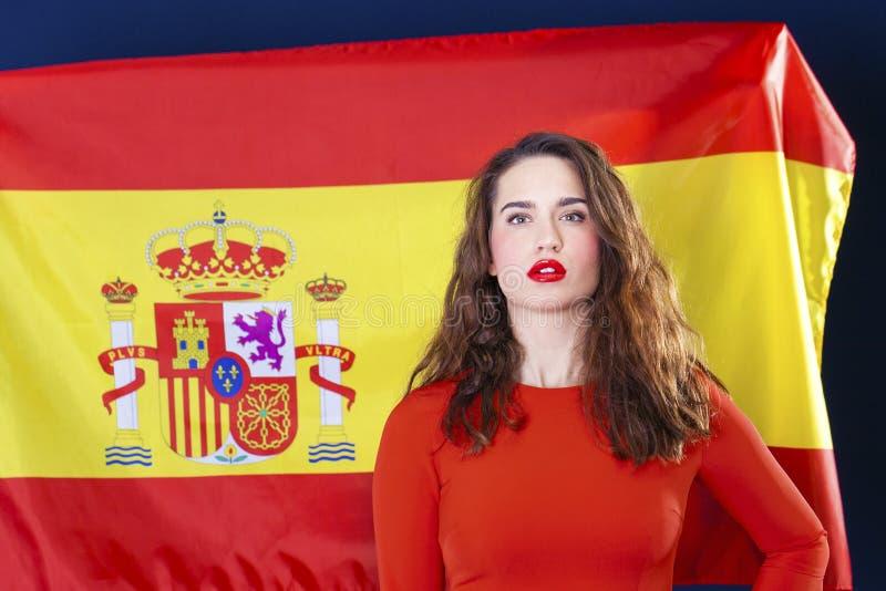 Mujer joven en el fondo de la bandera española foto de archivo libre de regalías