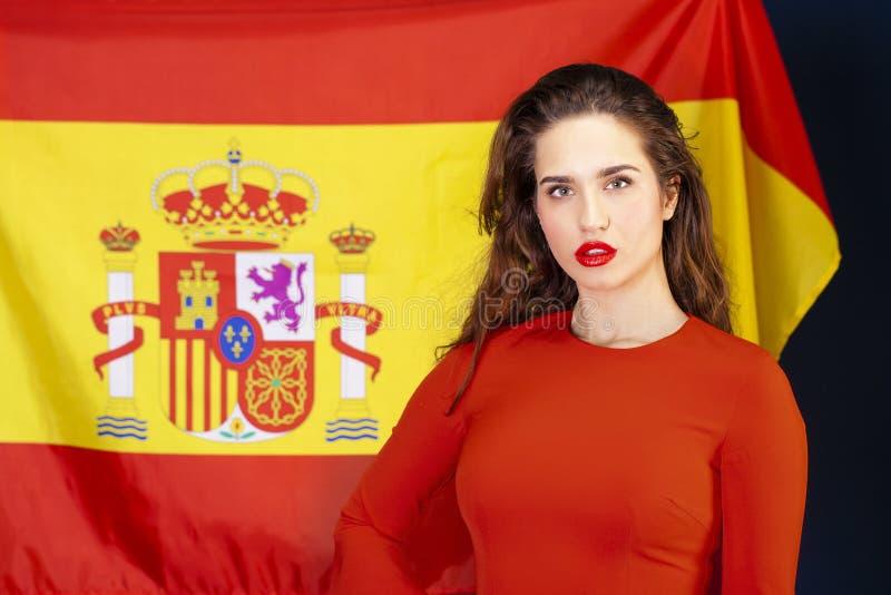 Mujer joven en el fondo de la bandera española fotos de archivo libres de regalías