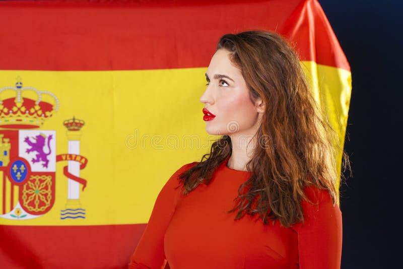 Mujer joven en el fondo de la bandera española fotos de archivo