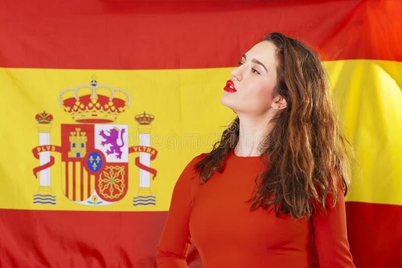 Mujer joven en el fondo de la bandera española fotografía de archivo libre de regalías