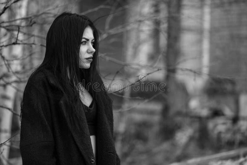Mujer joven en el fondo de una casa abandonada foto de archivo