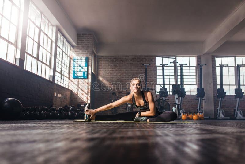 Mujer joven en el gimnasio imagenes de archivo