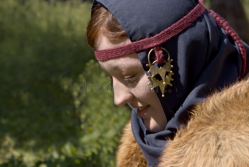 Mujer joven en el juego histórico escandinavo foto de archivo