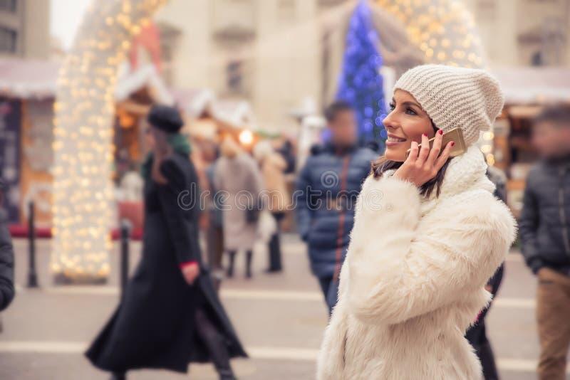 Mujer joven en el mercado de la Navidad imagen de archivo libre de regalías