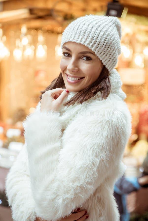 Mujer joven en el mercado de la Navidad imágenes de archivo libres de regalías