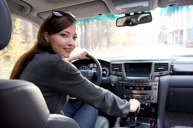 Mujer joven en el nuevo coche foto de archivo libre de regalías