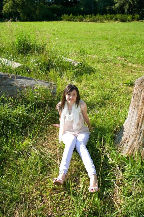 Mujer joven en el parque imagen de archivo