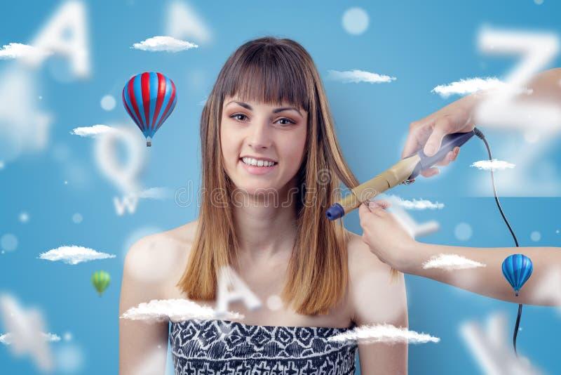 Mujer joven en el peluquero con tema del balón de aire foto de archivo
