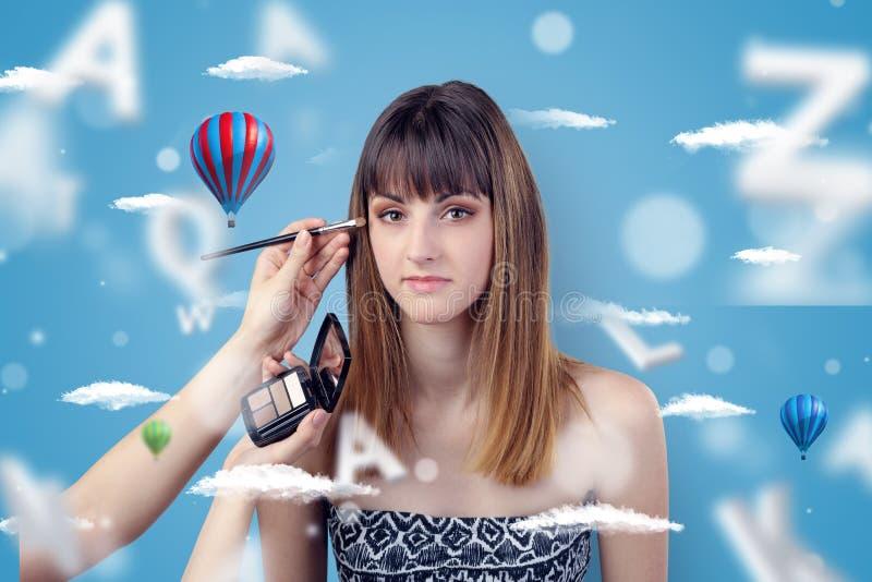 Mujer joven en el peluquero con tema del balón de aire imagen de archivo