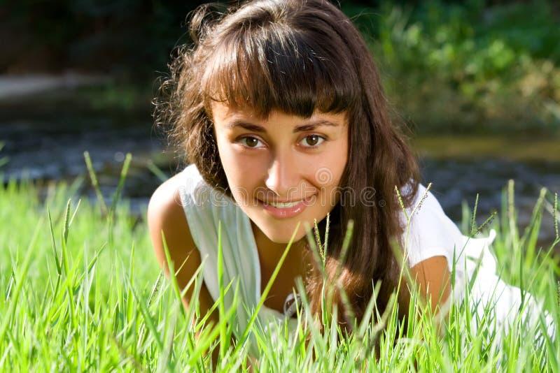 Mujer joven en el prado fotos de archivo