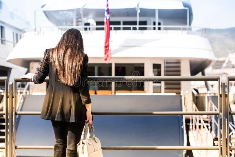 Mujer joven en el puerto de la ciudad imágenes de archivo libres de regalías