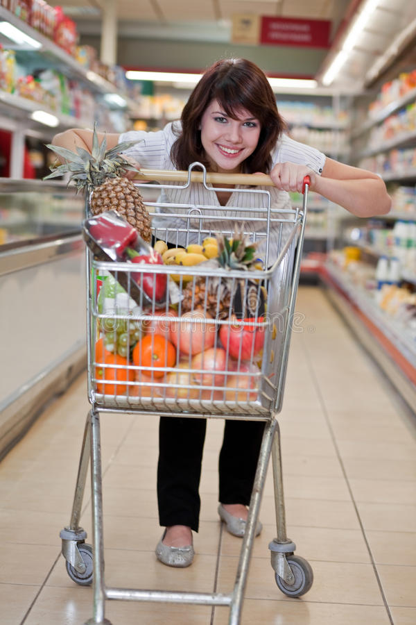 Mujer joven en el supermercado imagen de archivo