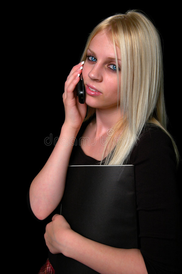 Mujer joven en el teléfono celular imagen de archivo
