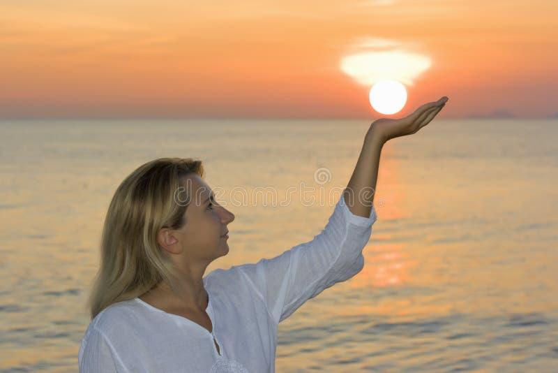 Mujer joven en el tiempo de la salida del sol fotos de archivo