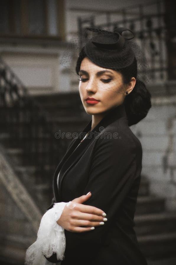 Mujer joven en el traje antiguo (ver antiguo) fotos de archivo