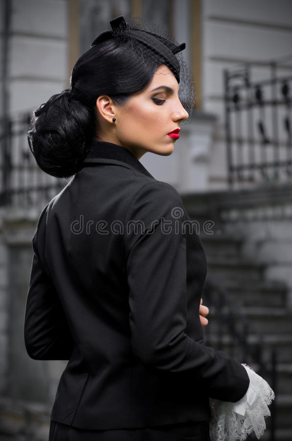 Mujer joven en el traje antiguo (ver normal) fotografía de archivo libre de regalías