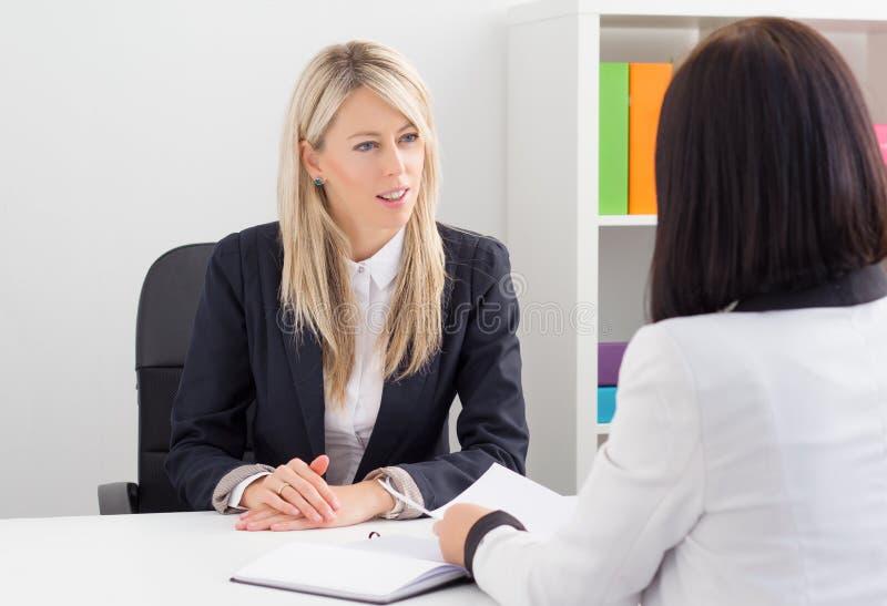 Mujer joven en entrevista de trabajo imagen de archivo