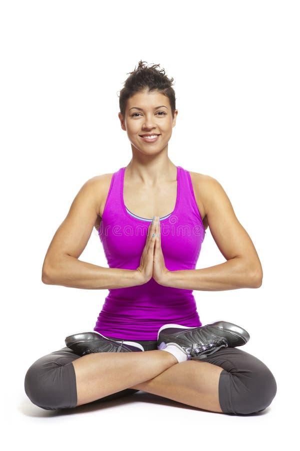 Mujer joven en equipo de los deportes de la actitud de la yoga que desgasta imagen de archivo