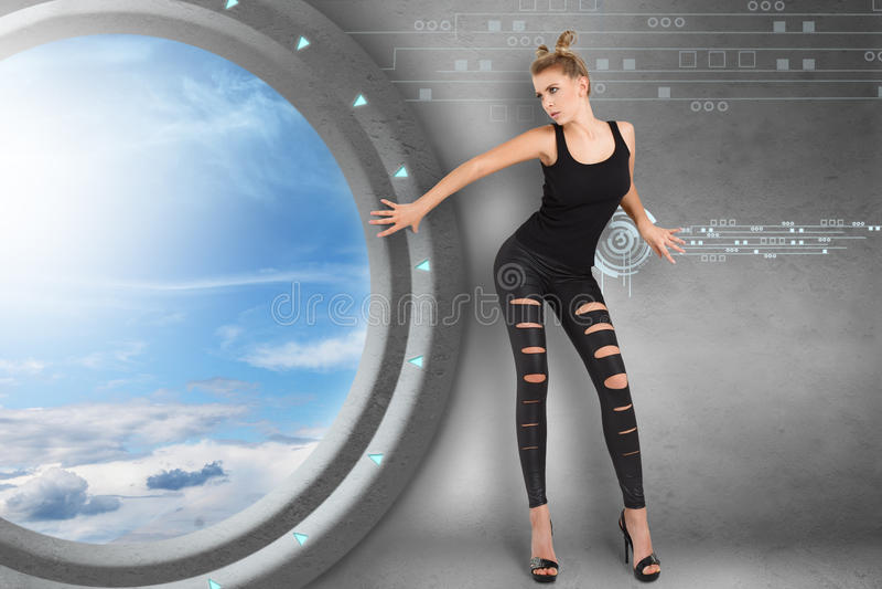 Mujer joven en interior futurista fotos de archivo libres de regalías