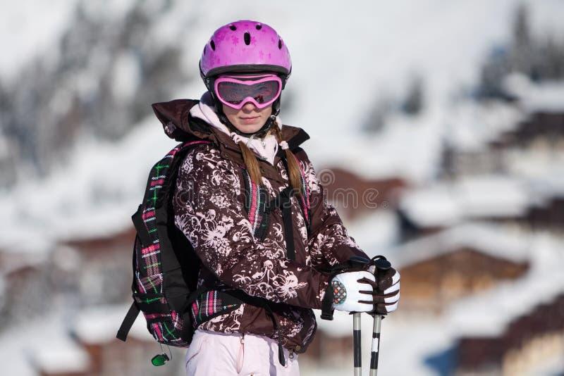 Mujer joven en estación de esquí fotos de archivo