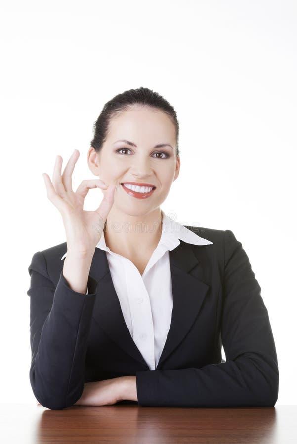 Mujer joven en gesticular del escritorio perfecto foto de archivo