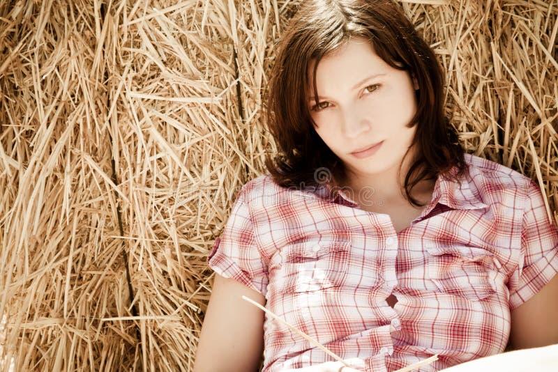 Mujer joven en haystack fotografía de archivo