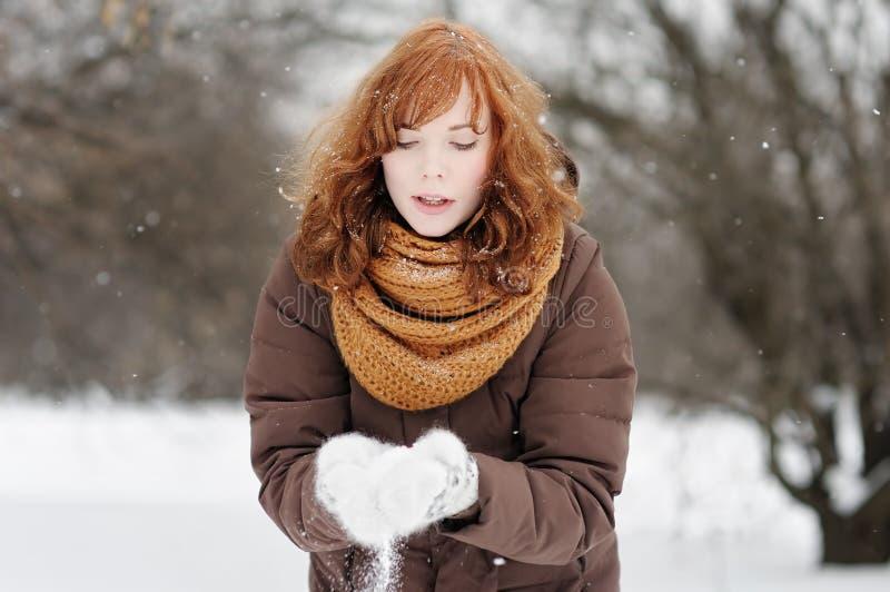 Download Mujer joven en invierno imagen de archivo. Imagen de congelado - 44857707