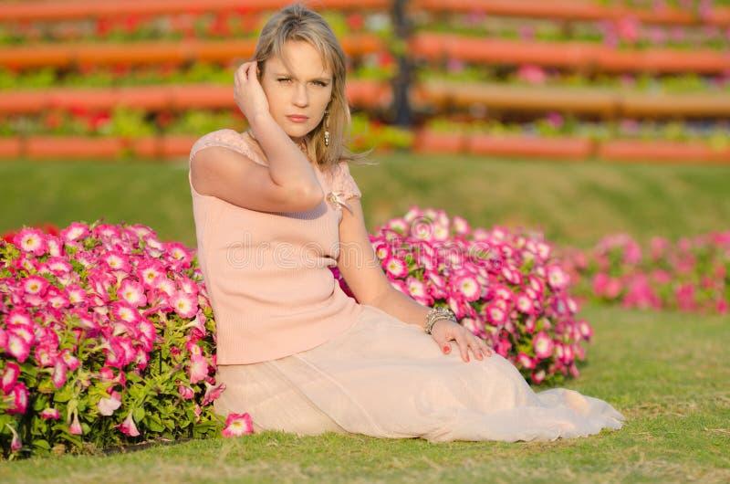 Mujer joven en jardín del milagro de Dubai imagen de archivo