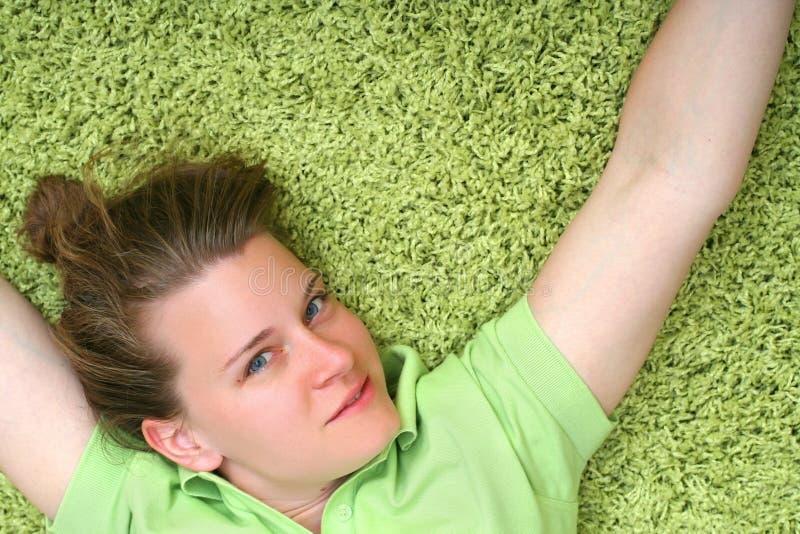Mujer joven en la alfombra fotos de archivo libres de regalías