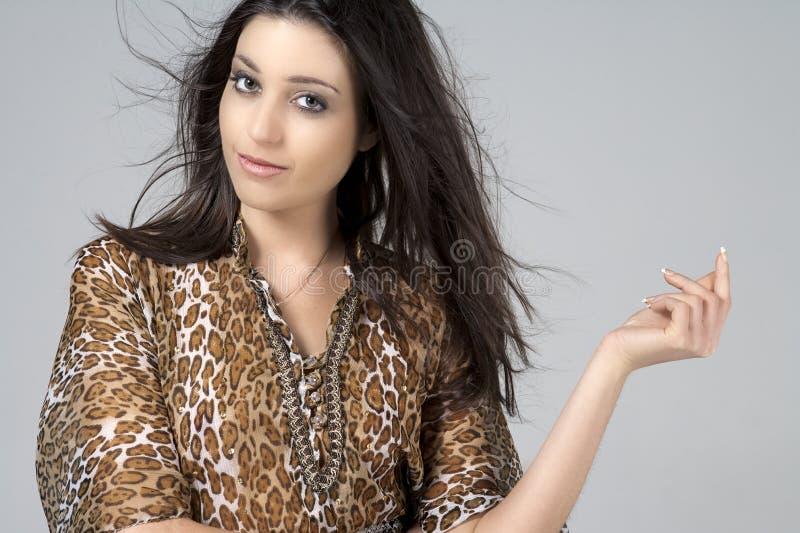 Mujer joven en la alineada animal de la impresión fotos de archivo