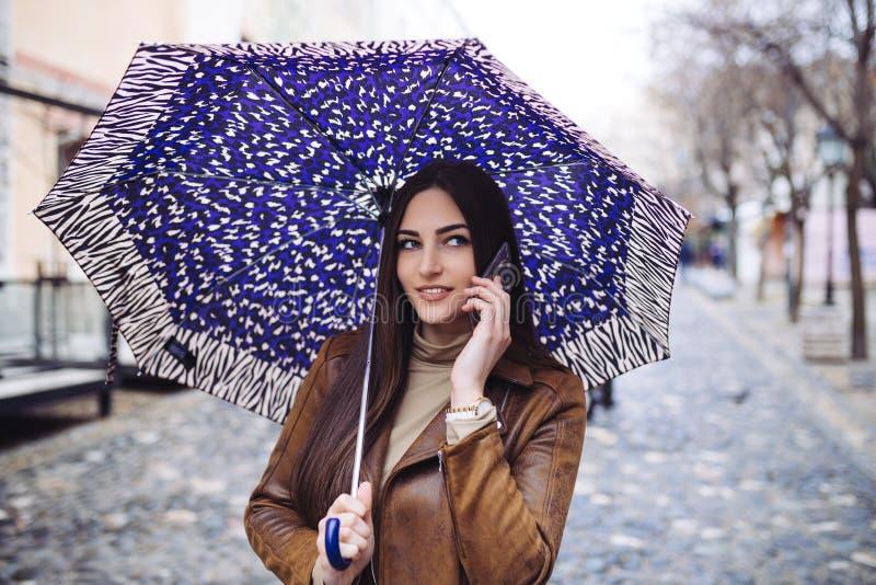 Mujer joven en la calle imagen de archivo