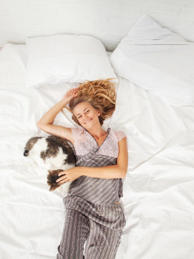 Mujer joven en la cama en la ma?ana fotos de archivo libres de regalías