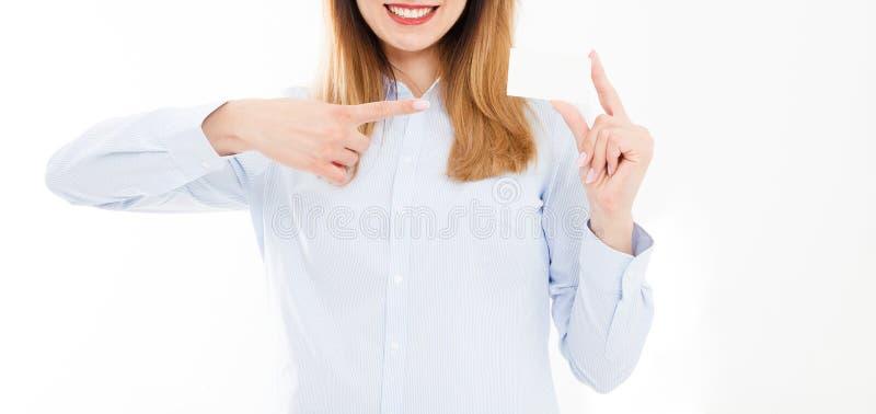 Mujer joven en la camisa que sostiene la tarjeta de visita aislada en un fondo blanco, mano femenina que sostiene la tarjeta Conc fotografía de archivo