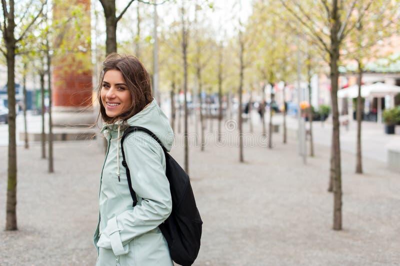 Mujer joven en la ciudad imagen de archivo libre de regalías