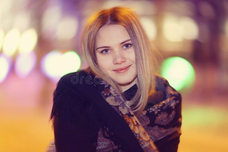 Mujer joven en la ciudad del invierno fotos de archivo