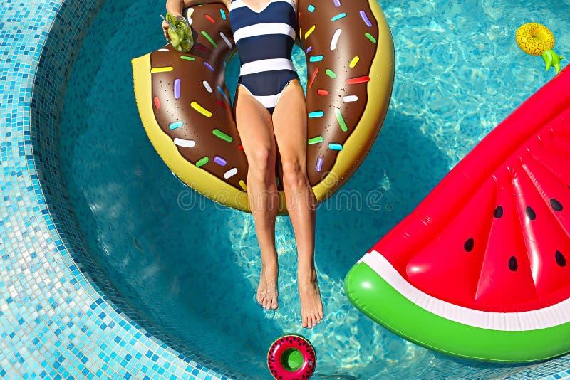 Mujer joven en la fiesta en la piscina del verano imagenes de archivo