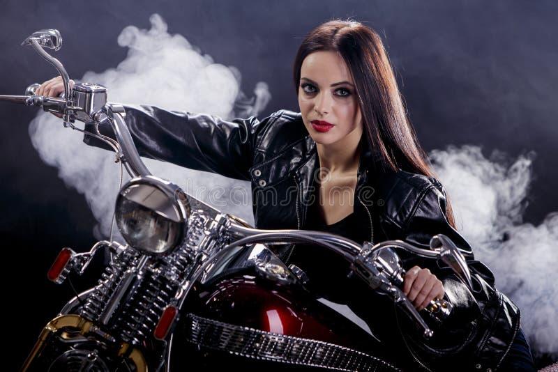 Mujer joven en la motocicleta imagen de archivo libre de regalías