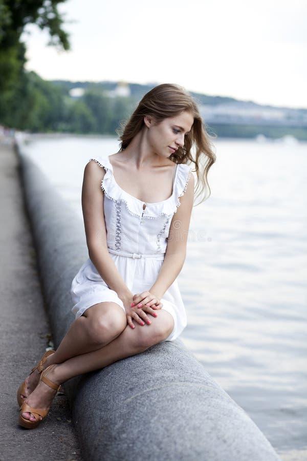 mujer joven en la piedra imagen de archivo libre de regalías