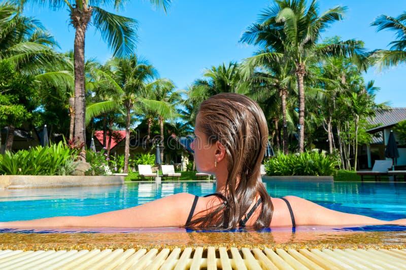 Mujer joven en la piscina al aire libre imagenes de archivo