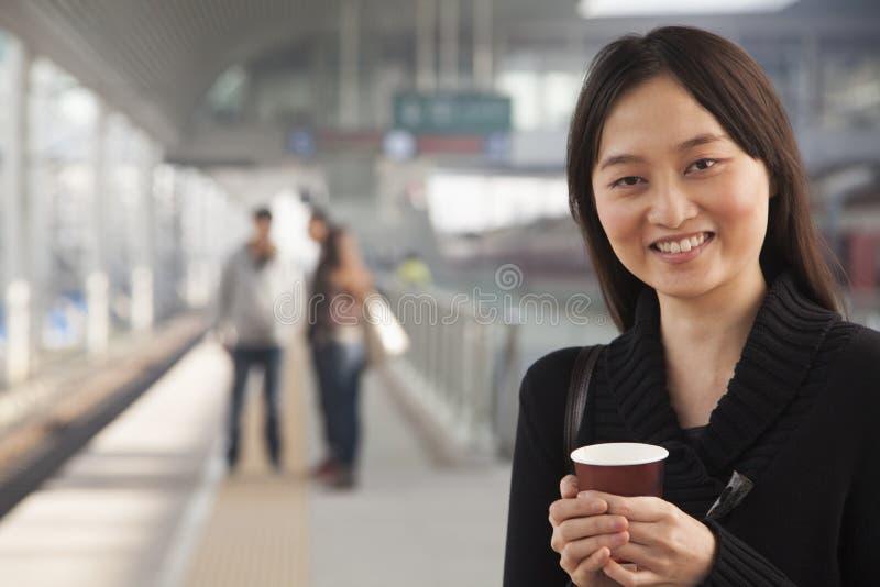 Mujer joven en la plataforma del tren foto de archivo libre de regalías