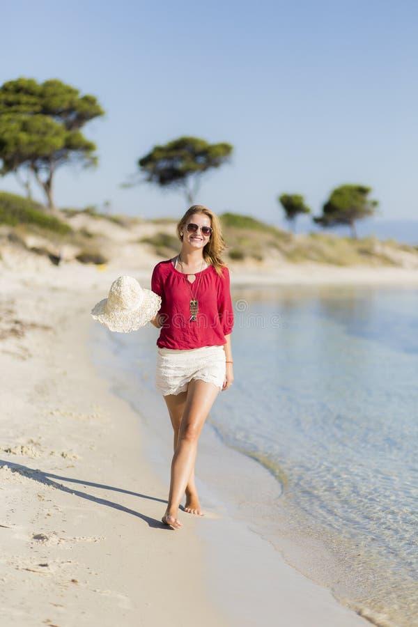 Download Mujer joven en la playa imagen de archivo. Imagen de asoleado - 42431959