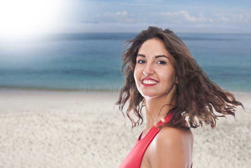 Mujer joven en la playa imagenes de archivo