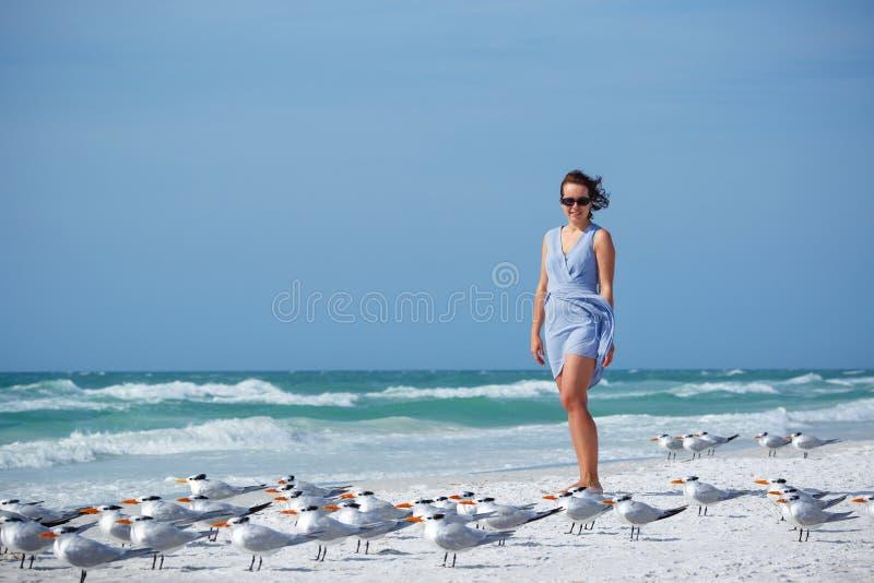 Mujer joven en la playa de la llave de la siesta, la Florida foto de archivo