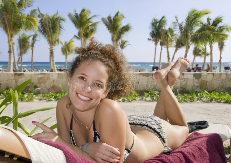 Mujer joven en la playa en México fotografía de archivo libre de regalías